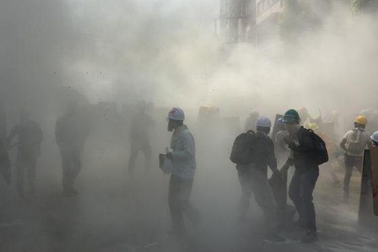 Bentrok antara demonstran dan pihak keamanan di Yangon, Myanmar.