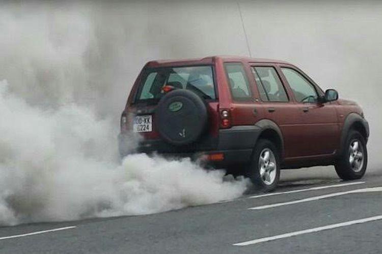 Fenomena diesel runaway pada kendaraan bermesin diesel.