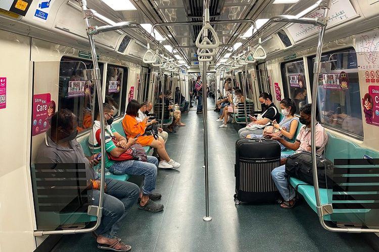 MRT Singapura melintas di distrik Commonwealth, Jumat malam (7/8/2021). Singapura akan mengakhiri lockdown parsial jilid kedua pada 9 Agustus dan memulai masa persiapan transisi hidup bersama Covid-19 yang endemik hingga bulan September mendatang