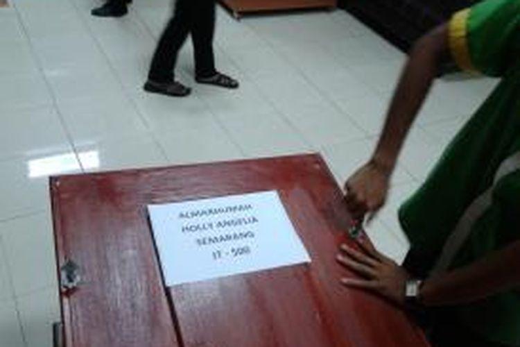 Peti jenazah Holly Angela Wahyu (36), wanita yang tewas dibunuh di Apartemen Kalibata City, Jakarta Selatan, saat akan dibawa ke Bandara Internasional Soekarno Hatta untuk selanjutnya diterbangkan ke Semarang, Jawa Tengah, Selasa (1/10/2013) malam