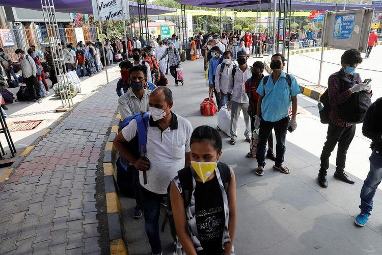 Penumpang mengantre di dalam stasiun kereta untuk naik setelah sejumlah pembatasan dilonggarkan saat berlangsungnya penguncian nasional yang diperpanjang untuk menekan laju sebaran virus corona (COVID-19), di New Delhi, India, Senin (1/6/2020). ANTARA FOTO/REUTERS/Adnan Abidi/pras/djo