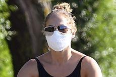 Gaya Santai J-Lo dengan Pakaian Renang dan Sneaker saat Bersepeda