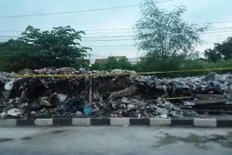 Tembok pembatas rel kereta api di Jalan Manggarai Selatan 2, RT 15 RW 10, Manggarai, Tebet, Jakarta Selatan roboh pada pukul 14.50 WIB hari Senin (11/1/2016)