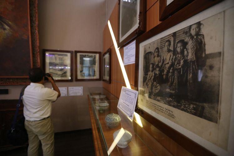 Pengunjung mengamati benda peninggalan RA Kartini di Museum Kartini Jepara, Jawa Tengah, Senin (15/5/2017). Museum ini berisi berbagai benda peninggalan RA Kartini semasa kecil hingga remaja.