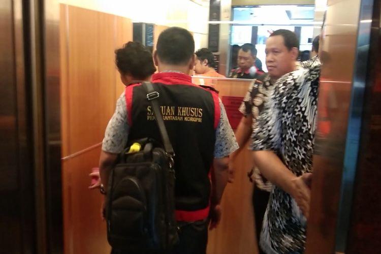 Sigit Hendro Purnomo dikawal petugas gabungan kejaksaan di Kejati Jatim, Jumat (22/3/2019)