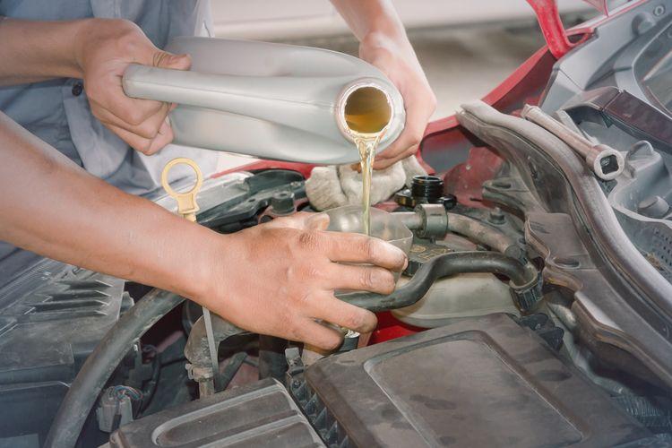 Ilustrasi mengganti oli mesin pada mobil LCGC