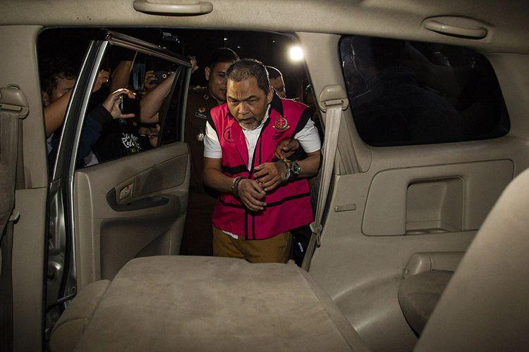 Mantan Kepala Divisi Investasi dan Keuangan PT Asuransi Jiwasraya, Syahmirwan mengenakan rompi tahanan usai menjalani pemeriksaan di gedung Jampidsus Kejaksaan Agung, Jakarta, Selasa (14/1/2020). Syahmirwan ditahan terkait kasus dugaan korupsi pengelolaan keuangan dan dana investasi PT Asuransi Jiwasraya.