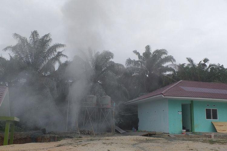Semburan gas bergemuruh di kawasan Pondok Pesantren Al Ikhsan Boarding School di Kelurahan Tuah Negeri, Kecamatan Tenayan Raya, Kota Pekanbaru, Riau, Kamis (4/2/2021).