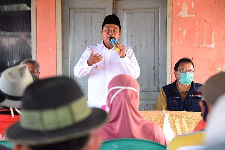 Wakil Gubernur Jawa Barat (Jabar) Uu Ruzhanul Ulum, saat menyosialisasikan protokol kesehatan kepada nelayan, di Tempat Pelelangan Ikan (TPI) Mina Sejati, Kabupaten Indramayu, Selasa (14/7/2020).
