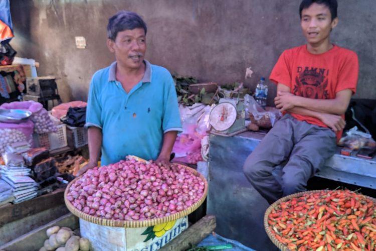 Penjual cabai di Pasar Lama Kota Tangerang, Nusu (baju biru), Rabu (8/1/2020).