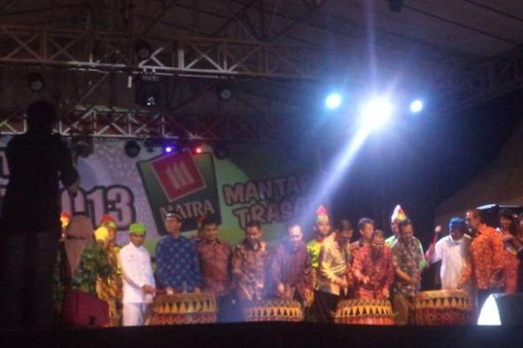 Festival Tabot 2013 dibuka secara resmi oleh Gubernur Bengkulu Junaidi Hamsyah.