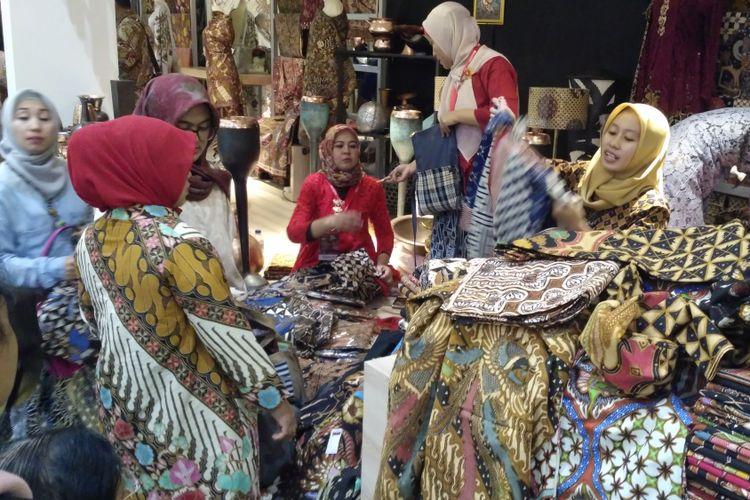 Pelaku UMKM memamerkan produknya di Pameran Karya Kreatif Indonesia di Jakarta Convention Center, Jakarta.