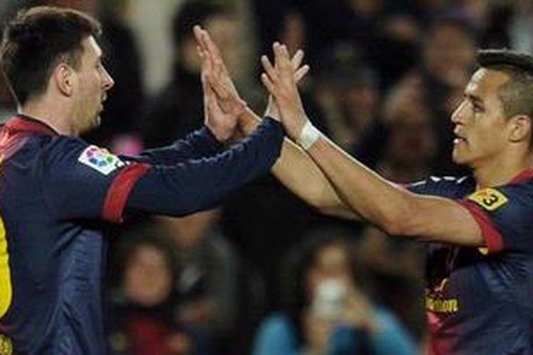Bintang Barcelona, Lionel Messi, merayakan golnya dengan rekannya, Alexis Sanchez, usai membobol gawang Deportivo La Coruna, Sabtu (9/3/2013).