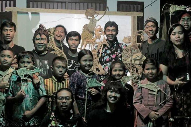 Foto 3- Wayanggaga usai menggelar pertunjukan kolaborasi dengan anak-anak di Mijen Semarang