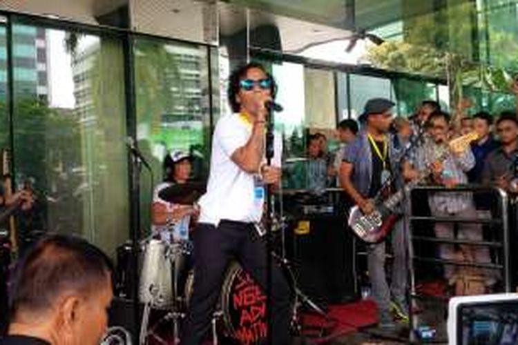 Slank yang digawangi oleh Kaka (vokal), Bimbim (drum), Ivanka (bas), dan Ridho (gitar) manggung di Gedung Komisi Pemberantasan Korupsi (KPK), Kuningan, Jakarta Selatan, Senin (21/2/2016). Mereka hendak menyuarakan penolakan terhadap revisi UU KPK.