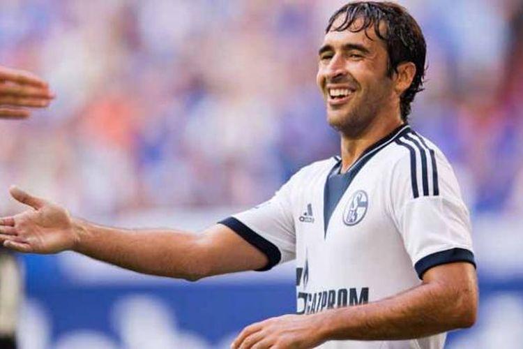 Reaksi Raul Gonzalez dalam pertandingan persahabatan antara Schalke 04 vs Al Sadd di Gelsenkirchen, Jerman, 27 Juli 2013.