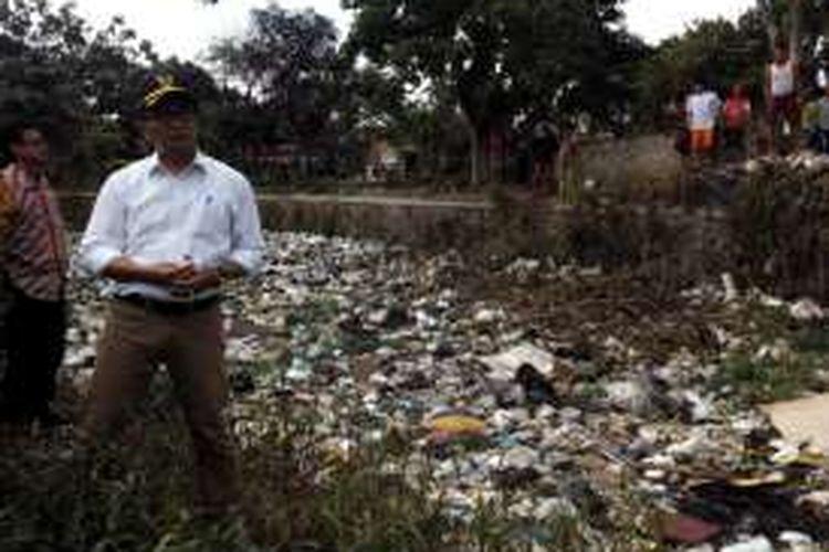 Wali Kota Bandung Ridwan Kamil saat meninjau sungai penuh sampah di Kecamatan Batununggal, Kota Bandung bebeerapa waktu lalu.