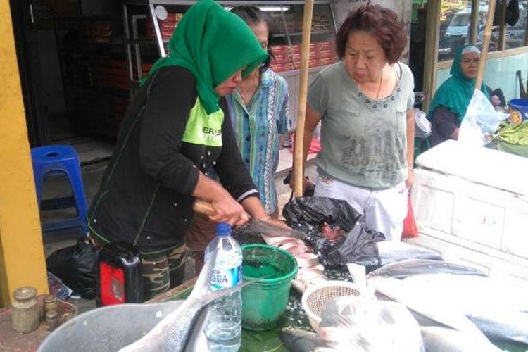Pembeli sedang menawar ikan bandeng jumbo di Pasar Bandeng Rawa Belong.