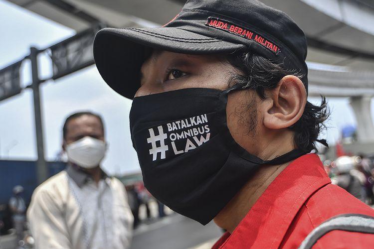 Buruh yang tergabung dalam Konfederasi Persatuan Buruh Indonesia disingkat KP-KPBI melakukan aksi tolak UU Omnibus Law Cipta Kerja di kawasan Tanjung Priok, Jakarta, Selasa (6/10/2020). Buruh dari berbagai aliansi dan konfederasi berencana melakukan mogok nasional pada 6-8 Oktober 2020 untuk menolak Undang-undang (UU) Omnibus Law Cipta Kerja yang telah disahkan oleh DPR pada Senin (5/10/2020).