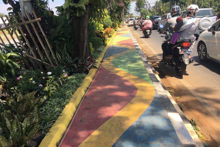 Jalur pedestrian di Jalan Veteran Kota Bekasi dibuat dengan konsep yang berbeda, agar masyarakat lebih tergugah untuk berjalan kaki, Senin (28/8/2017).