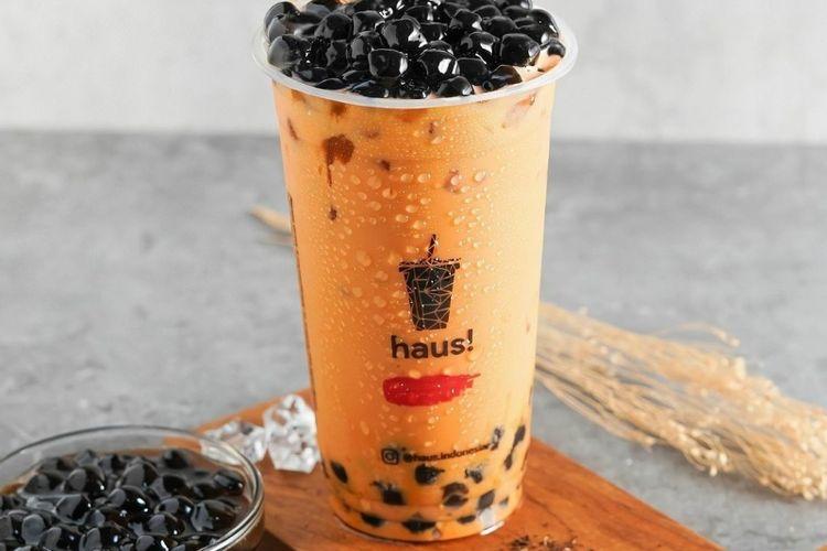 Salah satu minuman yang dijual Haus! Boba caramel thai tea.