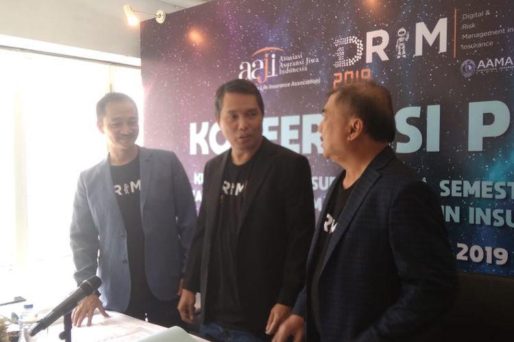 (ki-ka) Kabid Marketing dan Komunikasi Wiroyo Karsono, Ketua Dewan Pengurus AAJI Budi Tampubolon, Kabid Operasional dan Perlindungan Konsumen Freddy Thamrin, dalam konferensi pers kinerja industri asuransi jiwa semester I 2019 di Jakarta, Rabu (11/9/2019).