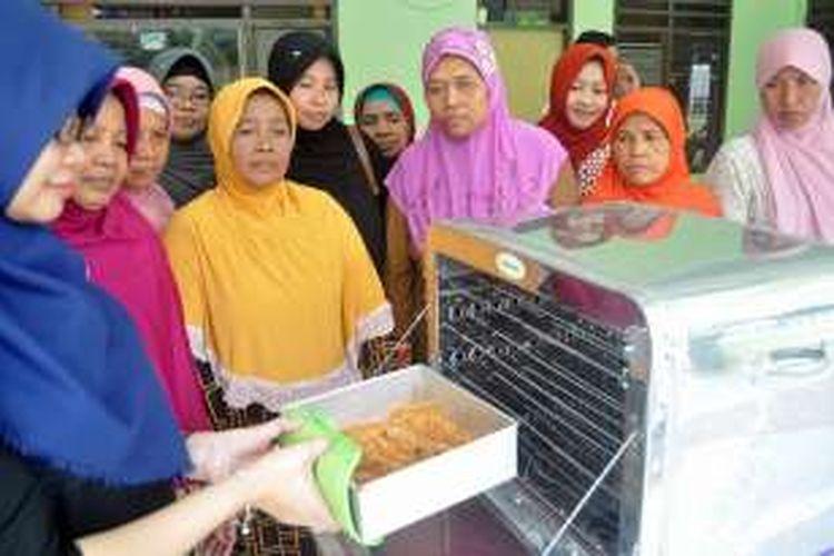 Para warga Desa Kedanyang terlihat antusias, saat mempelajari membuat rolade dari bahan utama ikan bandeng.
