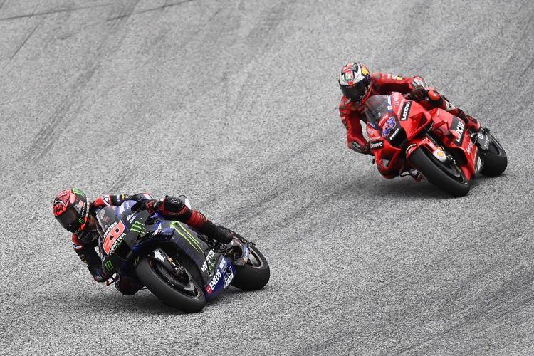 Fabio Quartararo dan Jack Miller saat balapan pada MotoGP Styria 2021. (Photo by Joe Klamar / AFP)
