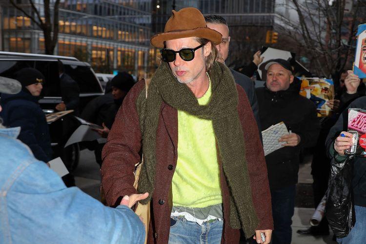 Aktor Brad Pitt dengan gaya busana yang dianggap cuek dan berani.