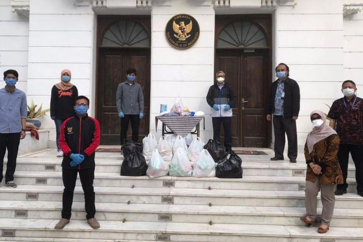 Mahasiswa asal Indonesia menerima bantuan sembako dari KBRI Mesir