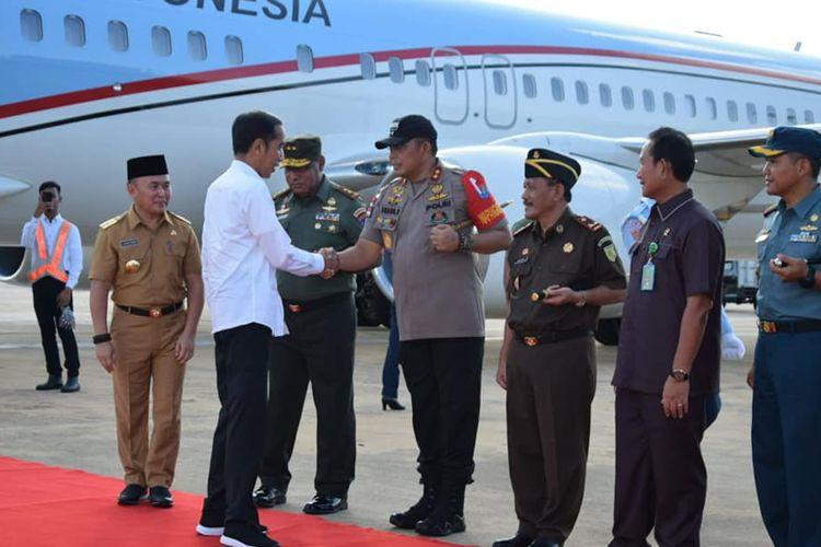 Presiden disambut oleh unsur Pimpinan Provinsi Kalimantan Tengah, saat baru tiba di Bandar Udara Cilik Riwut Palangkaraya