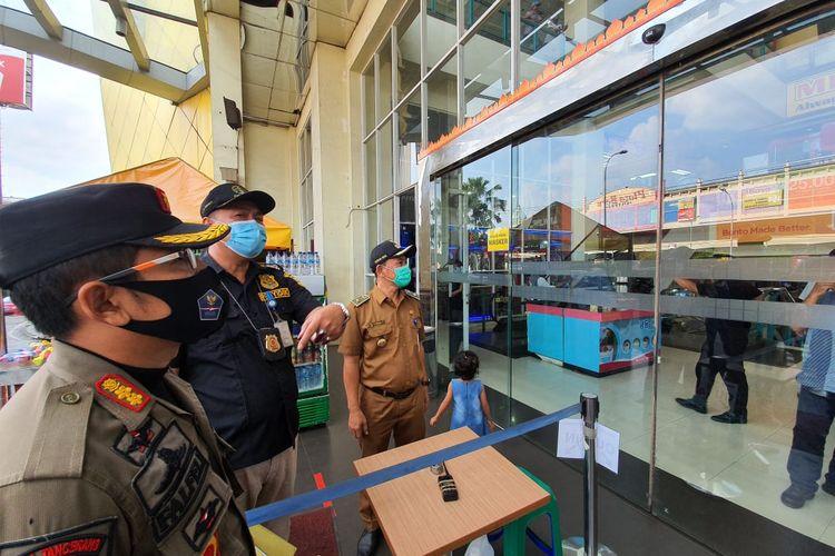Pemasangan segel di pintu masuk Mall CBD Ciledug Kota Tangerang, Selasa (19/5/2020)