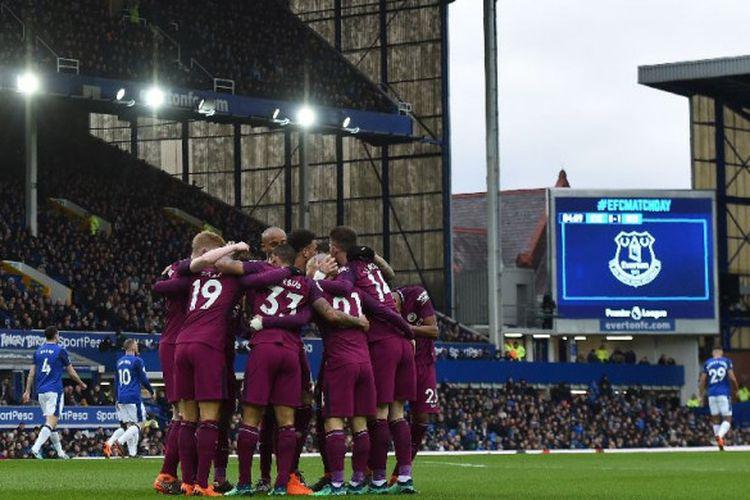 Para pemain Manchester City merayakan gol ke gawang Everton pada pertandingan Premier League di Stadion Goodison Park, Sabtu (31/3/2018).