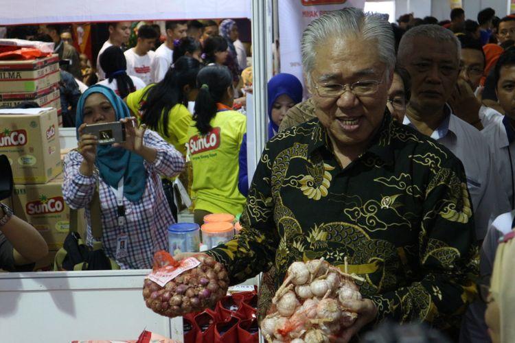 Menteri Perdagangan RI, Enggartiasto Lukita Saat Mengunjungi Salah Satu Stand Yang Ikut Meramaikan Pasar Murah Ramadhan Berbagi di Kemendag RI, Jakarta, Rabu (7/6/2017).