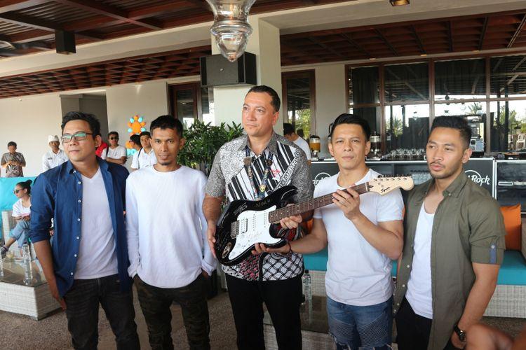 Band NOAH berfoto bersama General Manager Hotel Hard Rock Bali, Shane Coate (tengah), dalam konferensi pers Konser Hotel Hard Rock Bali di Denpasar (27/7/2018).