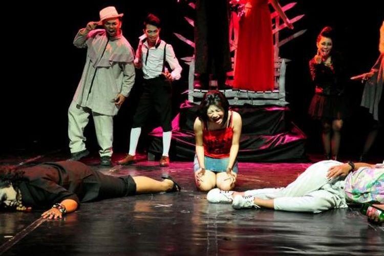 Pertunjukan Teater Pledoi Setan kritik Perda Miras DPRD Surabaya.