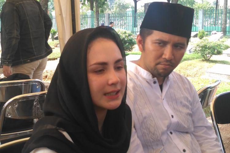 Arumi Bachsin didampingi suaminya Emil Dardak usai prosesi pemakaman ayah Arumi, Aries Aliruddin Bachsin, di TPU Kebon Nanas, Jakarta Timur, Jumat (26/10/2018).