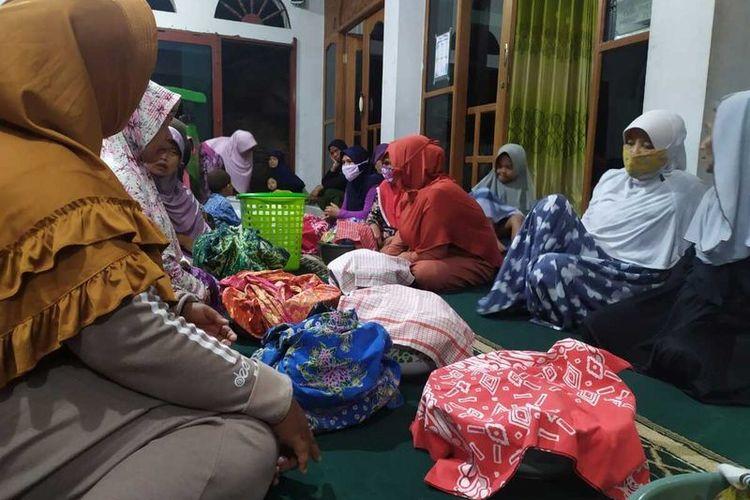 Warga Dusun Sorobayan, Desa Banyuurip, Kecamatan Tegalrejo, Kabupaten Magelang, Jawa Tengah, menggelar tradisi urup-urup atau malam selikuran, di masjid setempat, Minggu (2/5/2021) malam.
