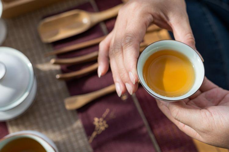 Ilustrasi minum teh hijau.