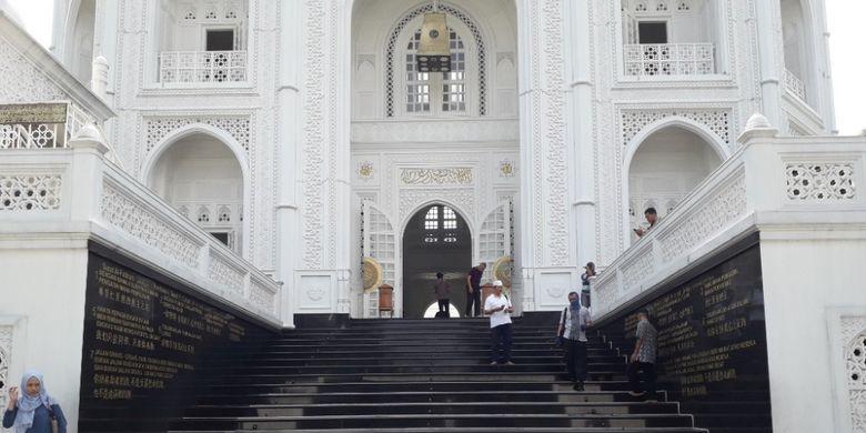 Tangga menuju pintu masuk Masjid Ramlie Musofa yang dihiasi pahatan Surat Al Fathihah dalam tiga bahasa di kedua sisinya.