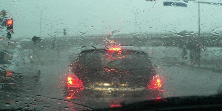 Ilustrasi berkendara saat musim hujan