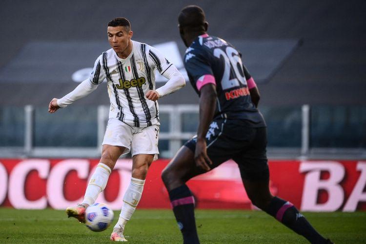 Penyerang Juventus Cristiano Ronaldo melepaskan tembakan yang berujung gol ke gawang Napoli pada laga tunda pekan ke-28 Liga Italia 2020-2021 di Stadion Allianz, Rabu (7/4/2021).