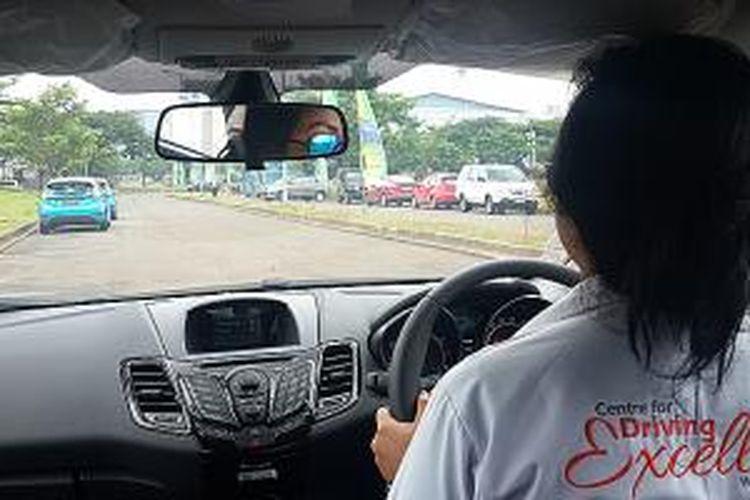 Salah satu instruktur sedang mempraktikkan cara mengemudi