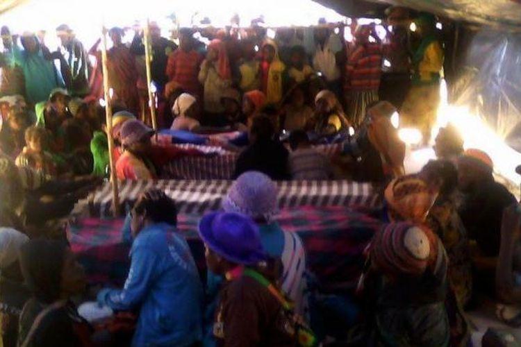 4 Jenasah Korban Penembakan Disemayamkan di tenda di Lapangan Karel Gobai, Enarotali, Kabupaten Paniai.