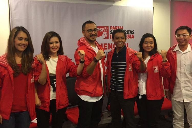 Giring Ganesha (tengah) mendeklarasikan diri maju sebagai calon legislatif pada Pemilu Legislatif (Pileg) 2019 melalui Partai Solidaritas Indonesia (PSI) di Kantor DPP PSI, Jalan KH Wahid Hasyim, Tanah Abang, Jakarta Pusat, Rabu (6/9/2017).