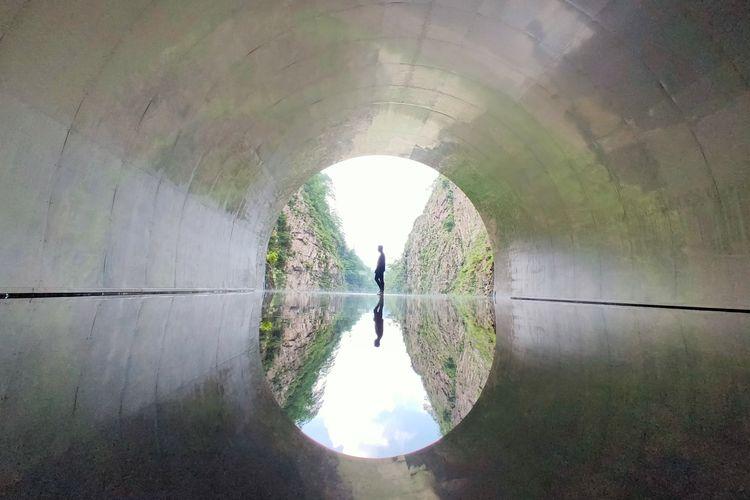 Instalasi Light Cave merupakan bagian kelima dari karya seni Tunnel of Light yang berada di Echigo-Tsumari Art Field, Jepang