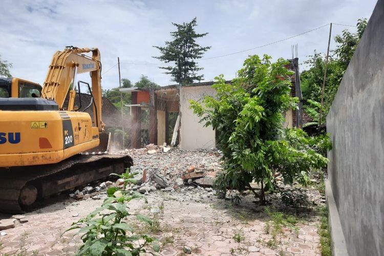 Diduga istri selingkuh saat ditinggal bekerja di Korea, sebuah rumah di Kabupaten Ponorogo dirobohkan dengan menggunakan excavator.