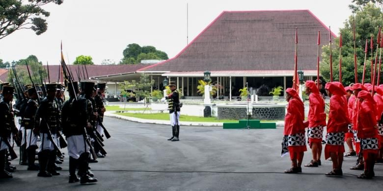 Prosesi pergantian prajurit jaga di Pura Pakualaman