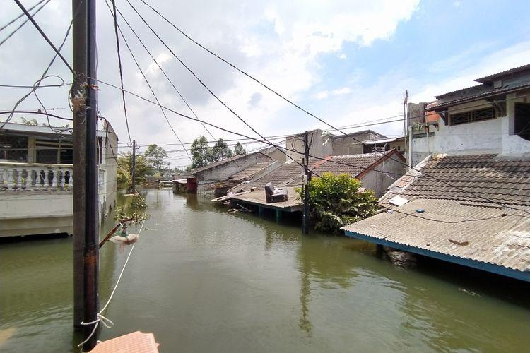 Banjir hingga setinggi 3 meter yang masih merendam wilayah rukun warga (RW) 008, Kelurahan Periuk, Kecamatan Periuk, Kota Tangerang, Banten sejak Sabtu (20/2/2021) hingga Selasa (23/2/2021) siang.