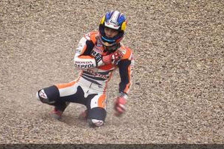 Dani Pedrosa memegangi bahunya setelah mendapat kecelakaan cukup parah pada sesi latihan bebas ketiga GP Jerman di Sirkuit Sachsenring, Sabtu (13/7/2013).